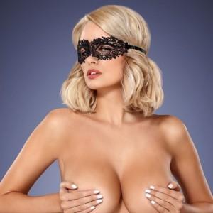 donna con mascherina in pizzo obsessive