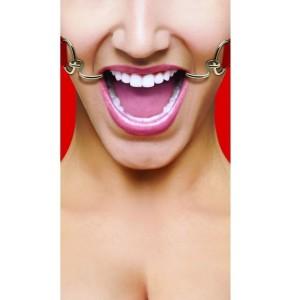 donna con divaricatore per bocca in acciaio